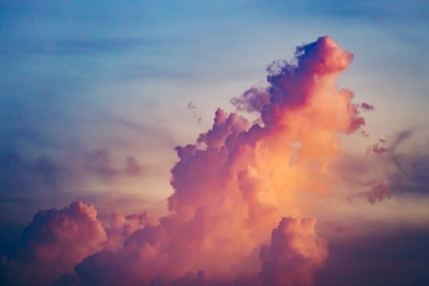 Kolorowy chmurny wybuch w zmierzchu niebie.