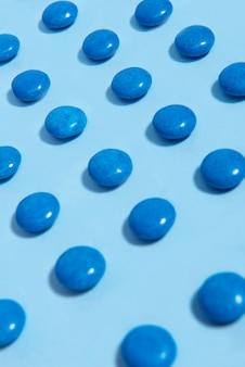 Kolorowy cukierek cukierek nad błękita stołu tłem.