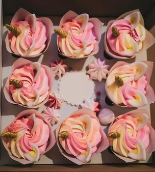 Kolorowy deser babeczki ze złotymi rogami jednorożca i uszami na urodziny, wieczór panieński dla dziewcząt, słodki zabawny prezent humor