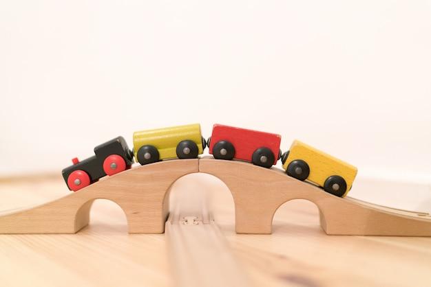 Kolorowy drewniany wózek do sztaplowania dla dzieci