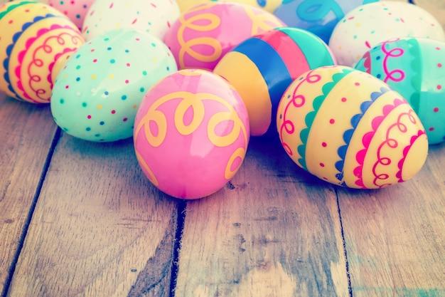 Kolorowy easter jajko na drewnianym tle z przestrzenią