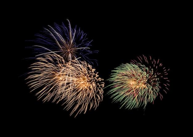Kolorowy eksplodujący pokaz fajerwerków, odizolowany na czarnym tle