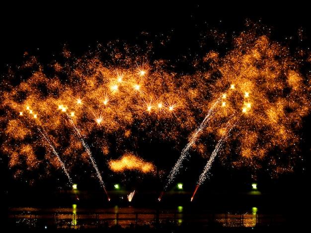Kolorowy fajerwerk w nocnym niebie