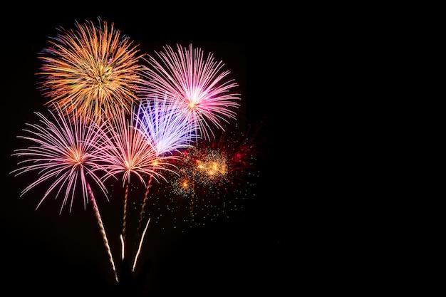 Kolorowy fajerwerku świętowanie i nocnego nieba tło.