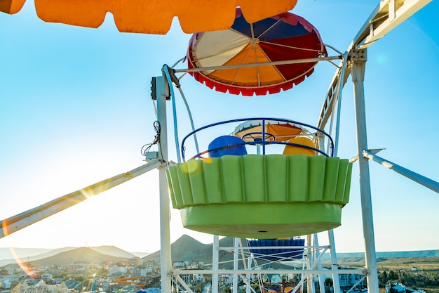 Kolorowy ferris koło park rozrywki w niebieskim niebie