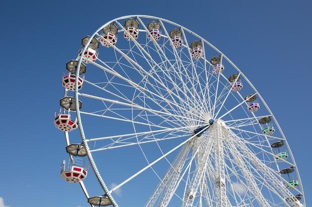 Kolorowy ferris koło przeciw błękitnemu lata niebu