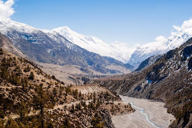 Kolorowy górski krajobraz z jeziorem i górską rzeką