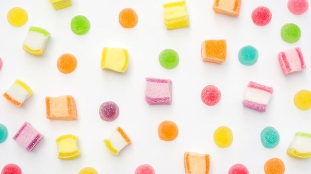 Kolorowy gumowaty cukierek na białym tle