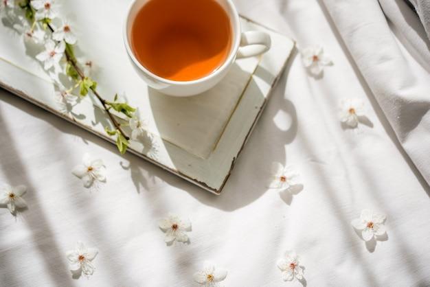 Kolorowy jasny kwiatowy wzór z filiżanką herbaty. leżał płasko.