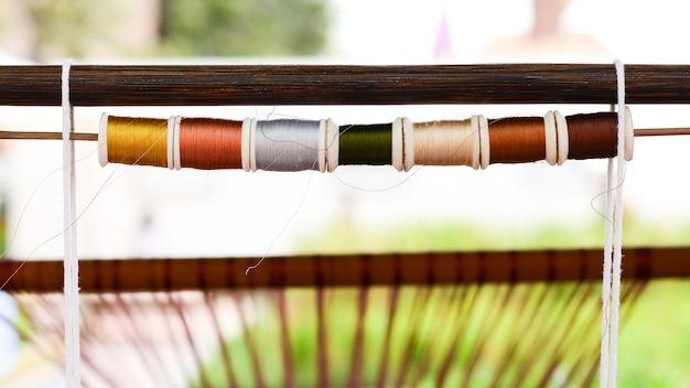 Kolorowy jedwabnej przędzy na gotowy do tkania