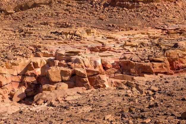Kolorowy kanion to formacja skalna na półwyspie synaj południowy (egipt). pustynne skały z wielobarwnym tłem piaskowca.