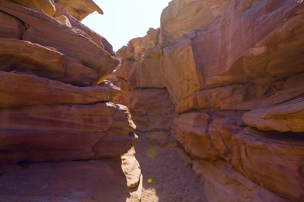 Kolorowy kanion to formacja skalna na półwyspie synaj południowy egipt pustynne skały