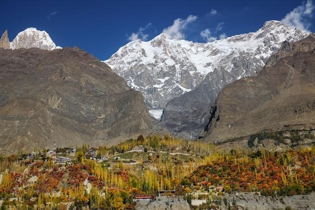 Kolorowy karimabad jesienią. dolina hunza, gilgit-baltistan, pakistan.