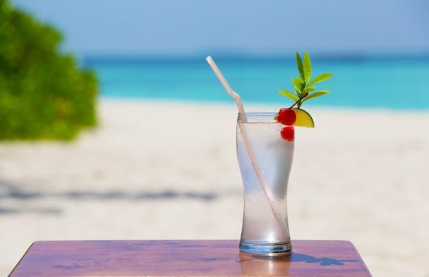 Kolorowy koktajl ozdobiony owocami na plaży