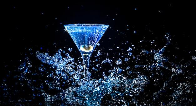 Kolorowy koktajl w kieliszku do martini