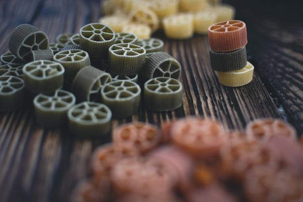 Kolorowy koło makaronu szczegół na drewnianym tle
