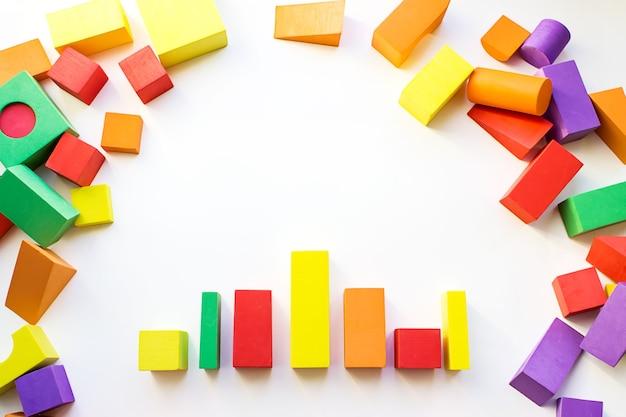 Kolorowy konstruktor, gra logiczna, mozaika sześcienna. koncepcja logicznego myślenia, kształty geometryczne