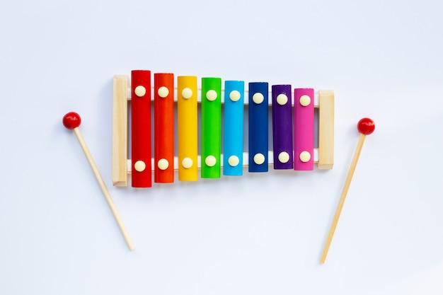 Kolorowy ksylofon na białej powierzchni