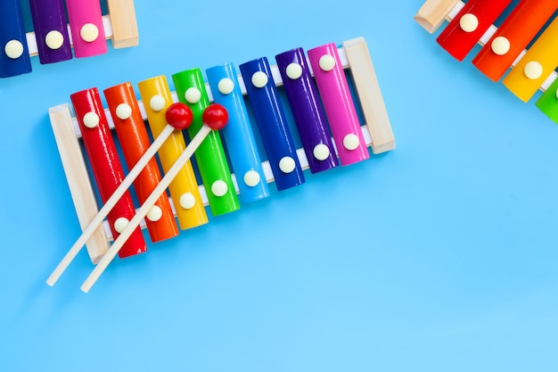 Kolorowy ksylofon na niebieskiej powierzchni