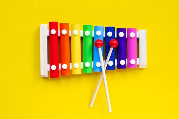 Kolorowy ksylofon na żółto na białym tle.