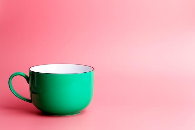 Kolorowy kubek na pustym kolorowym tle, minimalne tło pojęcia. domowe naczynia i poranny pomysł.