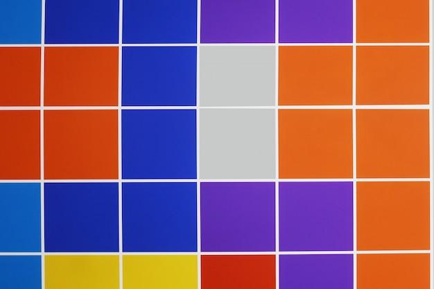 Kolorowy kwadrat tafluje tekstury tło.