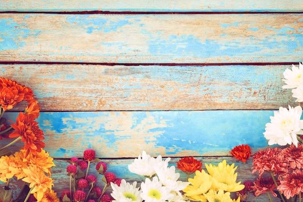 Kolorowy kwiatu bukiet na rocznika drewnianym tle, pojęcie kwiat wiosna lub lato