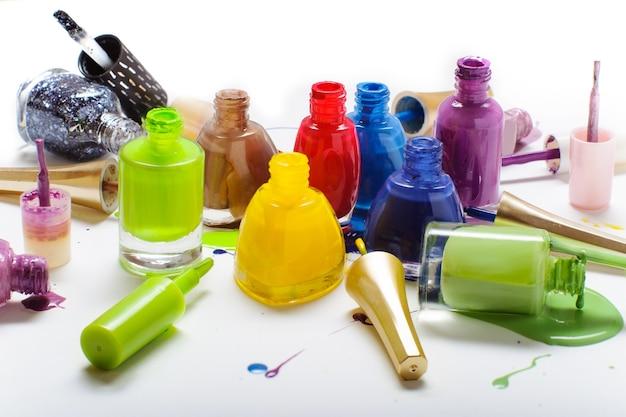 Kolorowy lakier do paznokci na białym tle