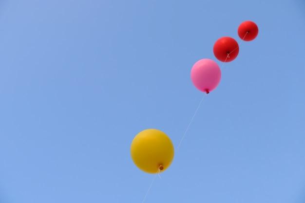 Kolorowy latanie balon z niebieskim niebem. pojęcie wolności.