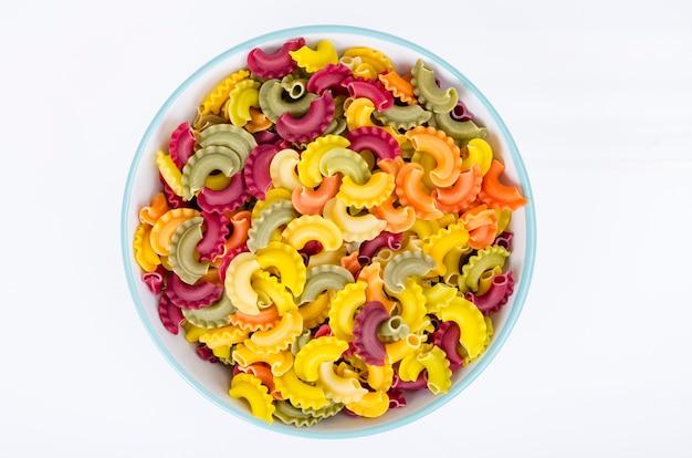 Kolorowy makaron z dodatkiem naturalnych barwników roślinnych, zdrowe odżywianie. zdjęcie studyjne.