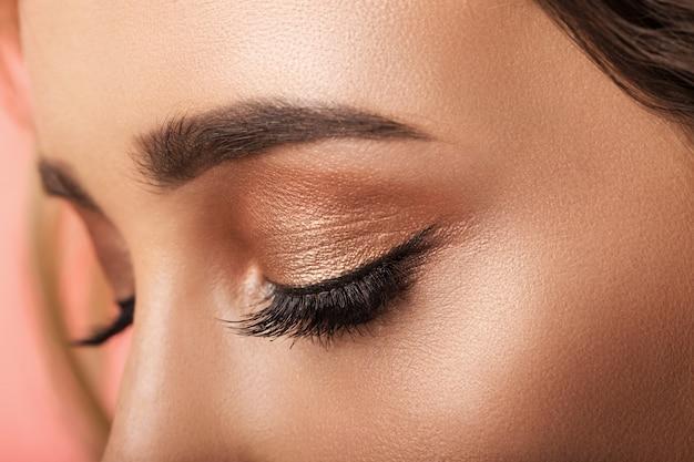 Kolorowy makijaż oczu zbliżenie.