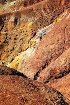 Kolorowy mars w górach ałtaj krajobraz doliny marsjańskiej w republice ałtaju w rosji kolorowe wzgórza