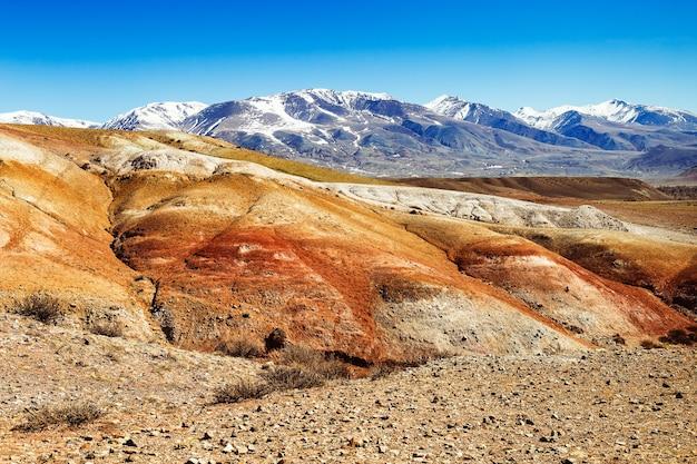 Kolorowy mars w górach ałtaju marsjańska dolina piękny krajobraz w ałtaju rosja