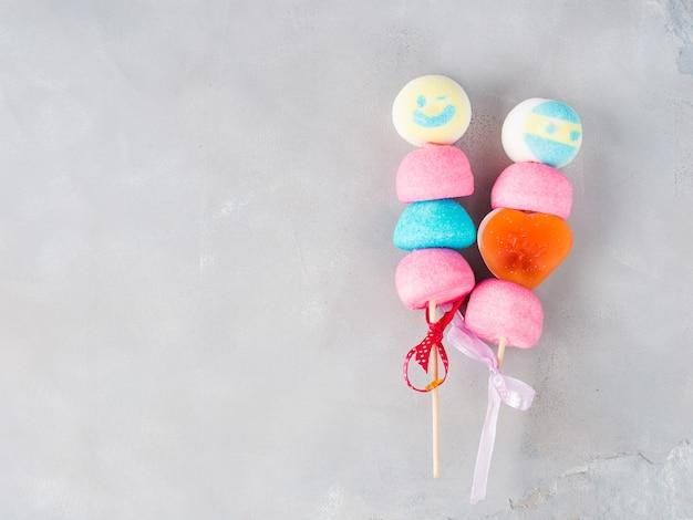 Kolorowy marshmallows tort strzela męską i żeńską twarz