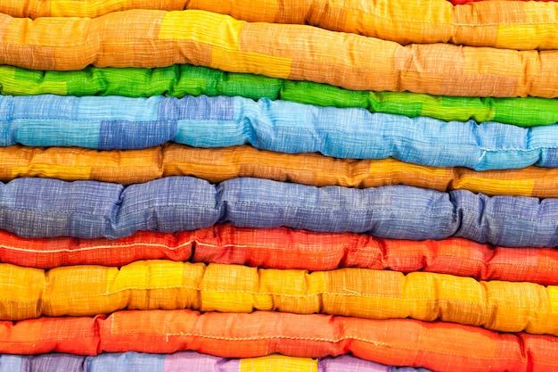 Kolorowy materac piknikowy.
