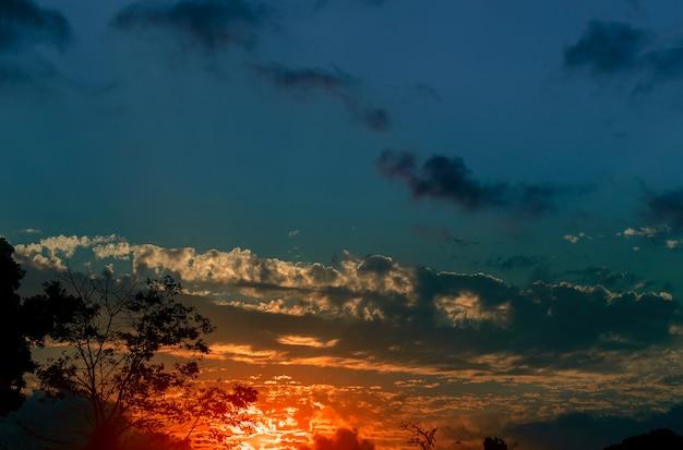 Kolorowy niebo podczas zmierzchu naturalnego krajobrazu