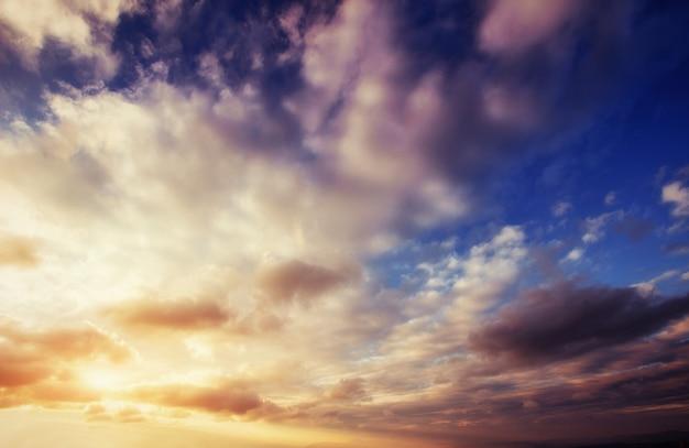 Kolorowy niebo z słońcem i chmurami. zachód słońca wschód słońca