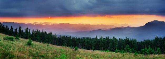 Kolorowy niebo z słońcem w górach. zachód słońca wschód słońca.
