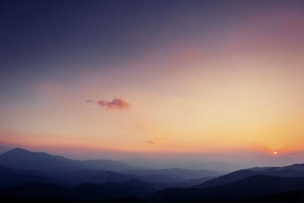 Kolorowy niebo z słońcem w górach. zachód słońca wschód słońca
