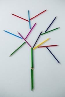 Kolorowy ołówek tworzący drzewo