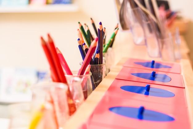 Kolorowy ołówek w szklanych szklankach do malowania.