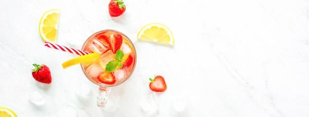 Kolorowy orzeźwiający truskawkowy lemoniada soku napoje dla lata, panoramiczny sztandaru tło
