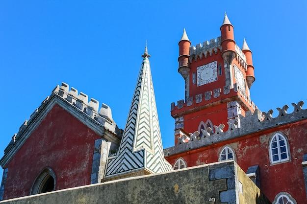 Kolorowy pałac sintra w lizbonie, wpisany na listę światowego dziedzictwa unesco.