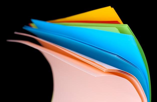 Kolorowy papier artystyczny na czarnej powierzchni
