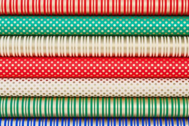 Kolorowy papier w rolkach do pakowania prezentów