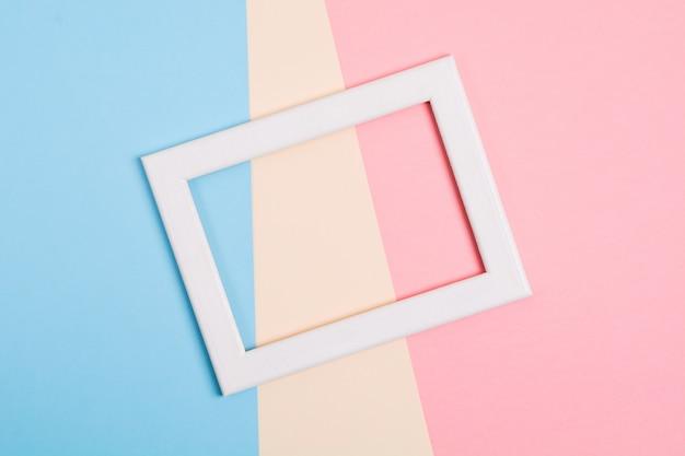 Kolorowy papierowy tło z białą drewnianą ramą