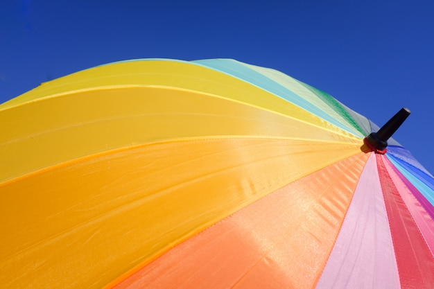 Kolorowy parasol chroni przed słońcem w letni dzień