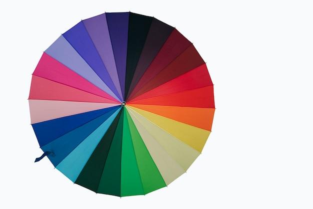 Kolorowy parasol tęczowy wielokolorowy na białym tle ze ścieżką przycinającą