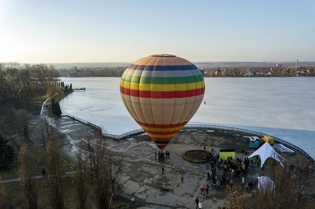 Kolorowy pasiasty balonowy powietrze w miasto parku.