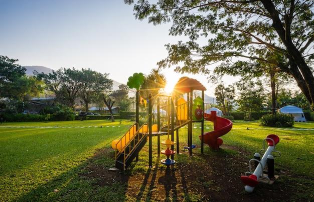 Kolorowy plac zabaw i wschód słońca na podwórzu w parku
